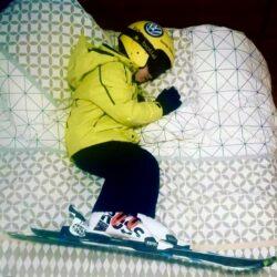 nen dormint a punt per esquiar